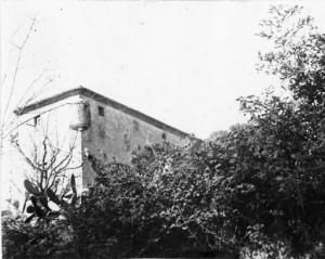 Vista parcial d'una masia amb defensa a Sant Gervasi - ca 1910