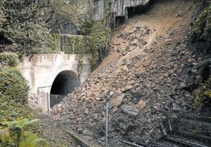 tones-pedres-sorra-sobre-les-vies-laltura-parada-del-parc-montjuic-ahir-1412213779977-el-periodico